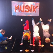 Musik og stå-på-hænder i Musikrummet